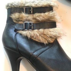 Shoes - Super cute women's fashion fur boots size 9